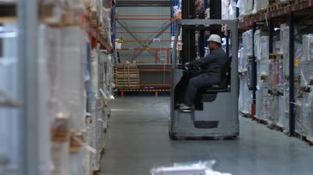 партия : Warehouse worker riding a forklift. 4K Slow Mo