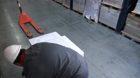 raf : The worker packs a pallet with goods with plastic wrap. 4K Slow Mo Stok Video