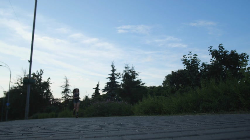 rugók : Run in the fresh air in angoo jumps shoes. The girl runs to the camera. 4K Slow Mo Stock mozgókép