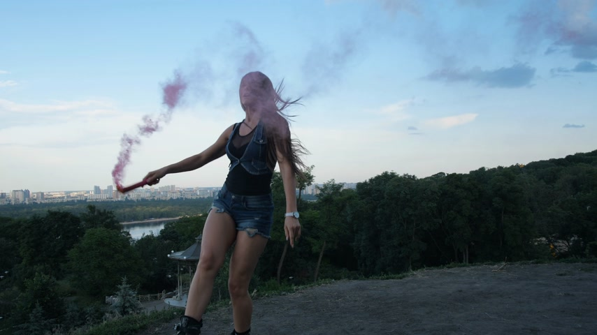 sapato : Cool jumps in angoo jumps boots. A woman holds a checker with red smoke in her hands and dances against the background of the city. 4K Slow Mo