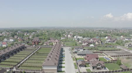 vrijstaand huis : Shooting from the air. Private luxury homes in the European city. 4K Slow Mo Stockvideo