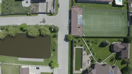 vrijstaand huis : Shooting from the air. Luxury villas with swimming pool, football field, beach and lake. 4K Slow Mo