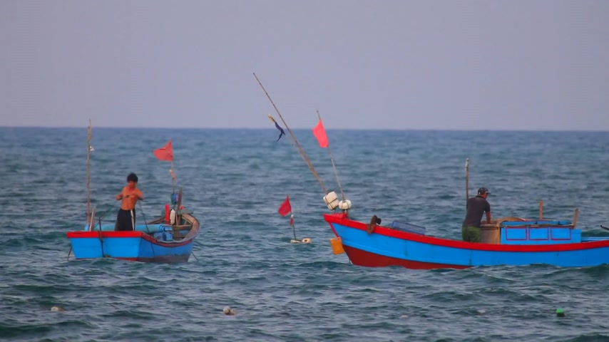 Тропический климат : South China Sea, Central Vietnam, Asia, August 27 2018. Vietnamese fishing boats navigating across the South China Sea, deep sea fishing in wooden boats.
