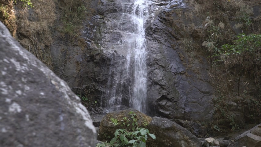 backpacken : prachtige waterval in regenwoud