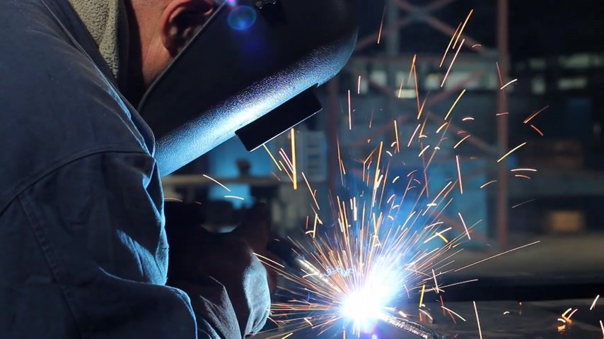 mecânica : Welder at work in metal industry