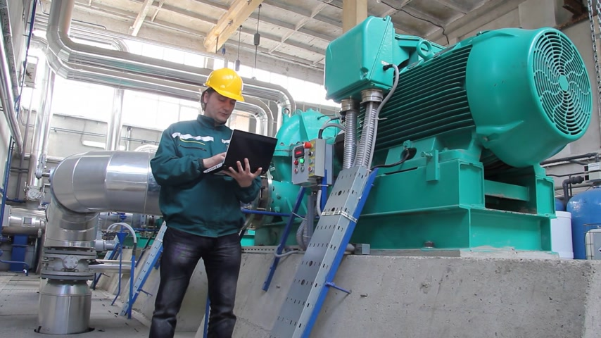elektrownia : Industrial workers with notebook working in power plant, teamwork Wideo
