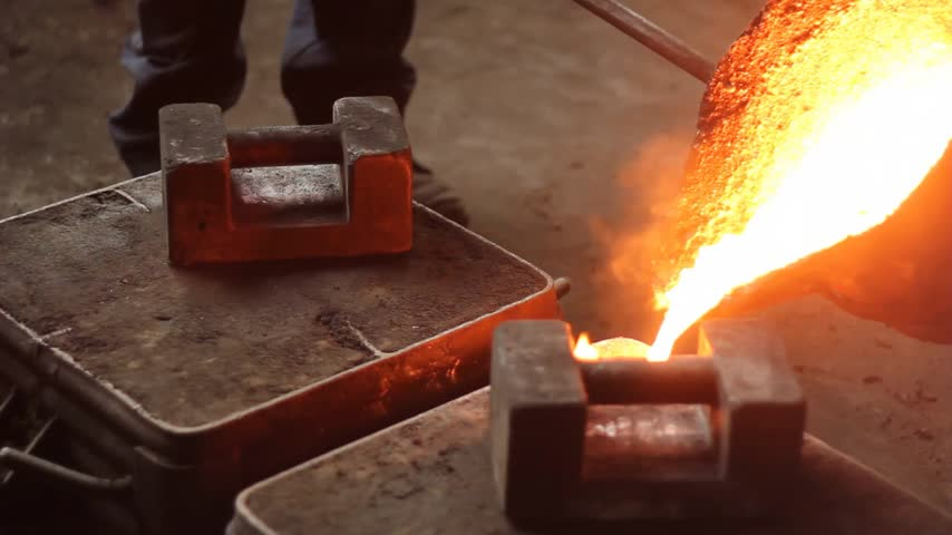 metal worker : Liquid metal in the factory, foundry, smelting iron and processing, workers pouring liquid iron into molds Stock Footage