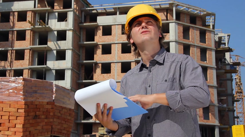 daireler : Construction engineer planning and controlling building of apartments