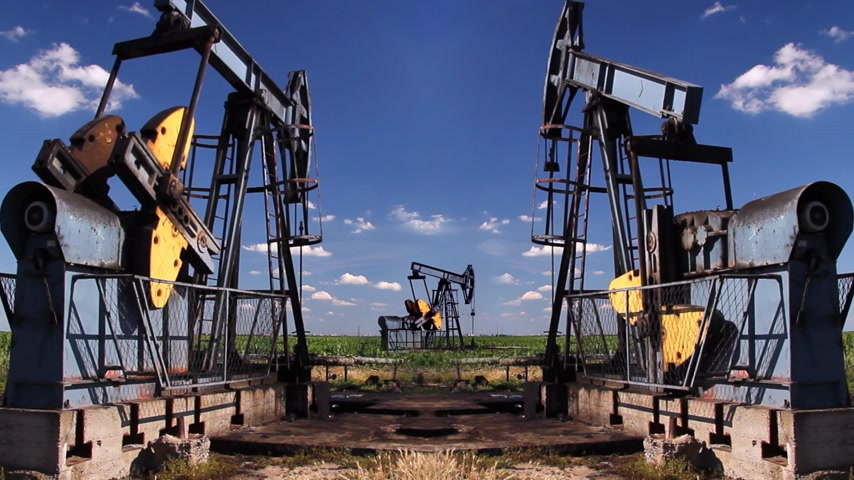 benzin : Oil Pump Jack in a Field