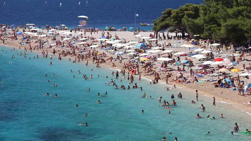 banhos de sol : People on the beach, sunbathe and enjoy on vacation. Summertime at Adriatic Sea on the island Brac in Croatia