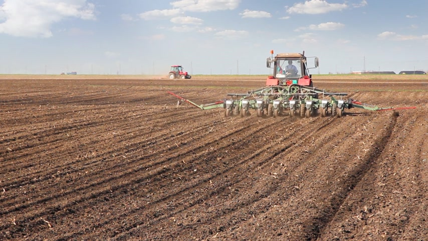 milho : Agricultural tractor sowing and cultivating field Stock Footage