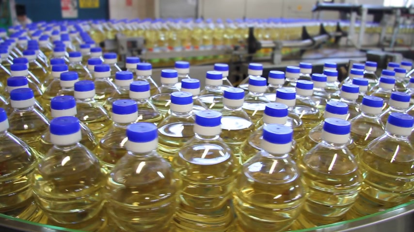 üretim : Sunflower oil in the bottle moving on production line in a factory Stok Video