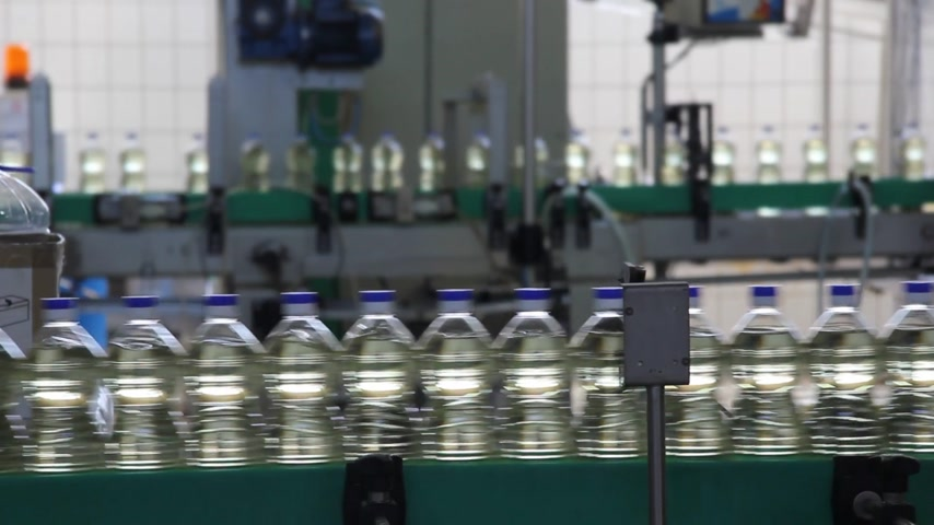 maquinaria : Sunflower oil in the bottle moving on production line in a factory Vídeos