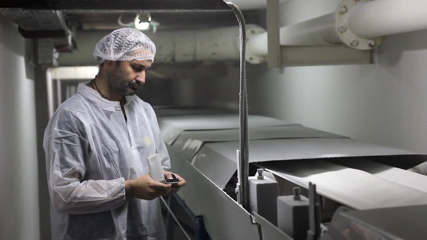 biztonság : Worker controlling the quality of sugar on the production line Stock mozgókép