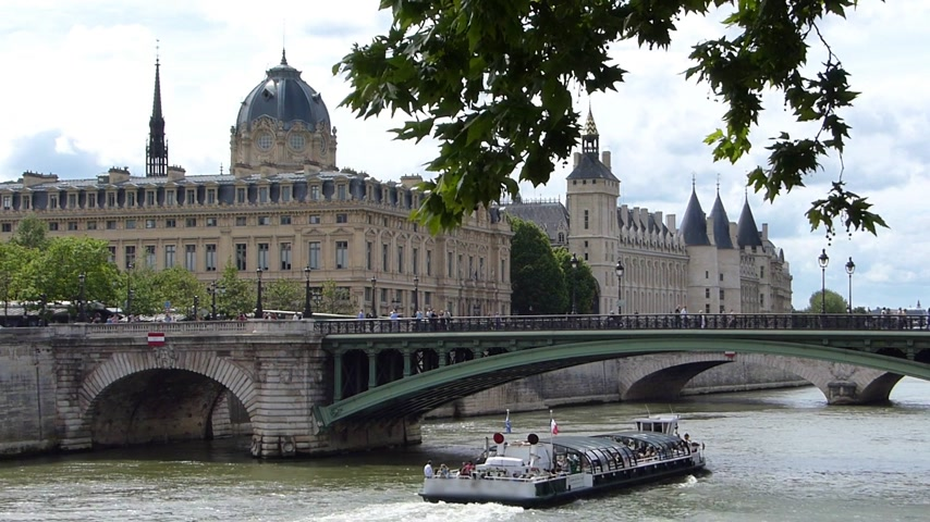 paříž : River Seine Cruise. Building in a background is La Conciergerie, former royal palace and prison in Paris, France.  It is part of the larger complex known as the Palais de Justice