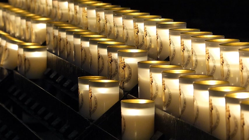 надеяться : Prayer Candles In Notre Dame Cathedral, Paris France