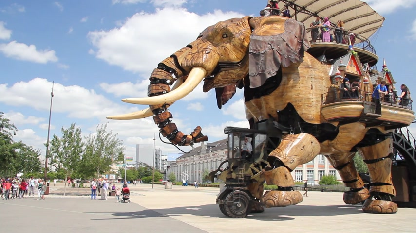 alkotás : Giant elephant machine is a tourist attraction in Nantes, France Stock mozgókép