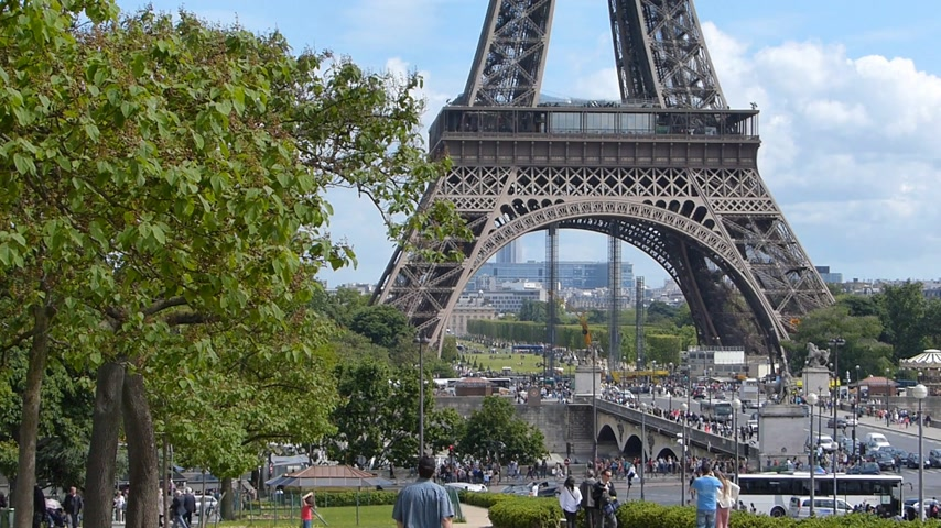 башни : Base of the Eiffel Tower and the traffic in Paris, France Стоковые видеозаписи