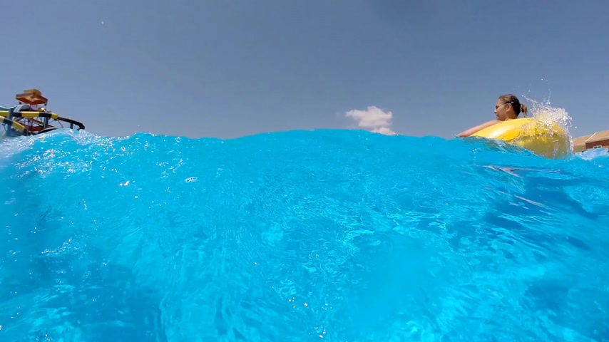 наслаждаться : People enjoying in the pool with big waves, Aqualand
