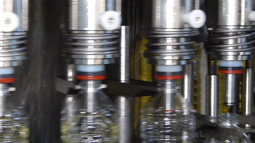 girassóis : Sunflower oil filling machine on automated production line. Machinery for bottling