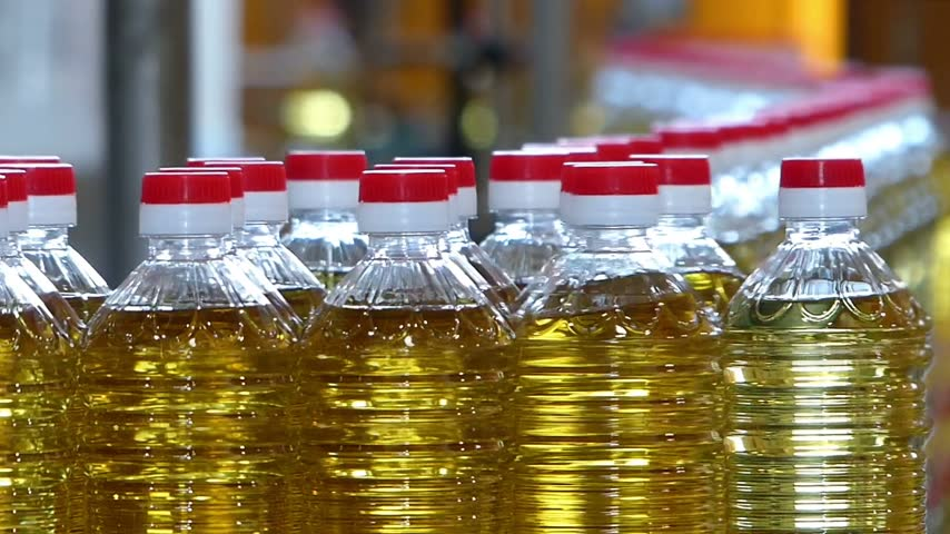 paketleme : Sunflower oil in the bottle moving on production line in a factory Stok Video