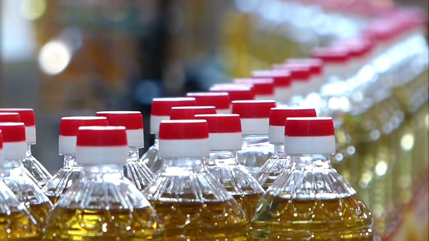 étel : Sunflower oil in the bottle moving on production line in a factory Stock mozgókép