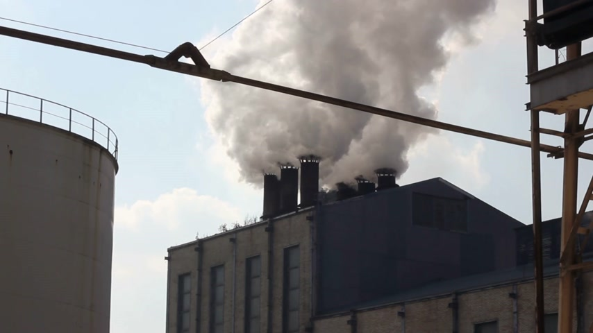 building heat : Smoke and steam from industrial plants, fumes from the chimney in the sugar factory