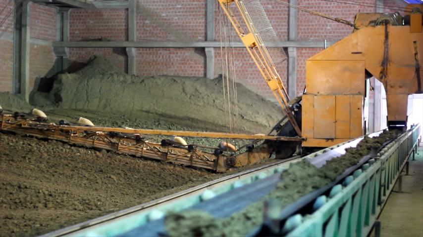 bagger : Transport clay for the production of bricks and blocks, conveyor belt