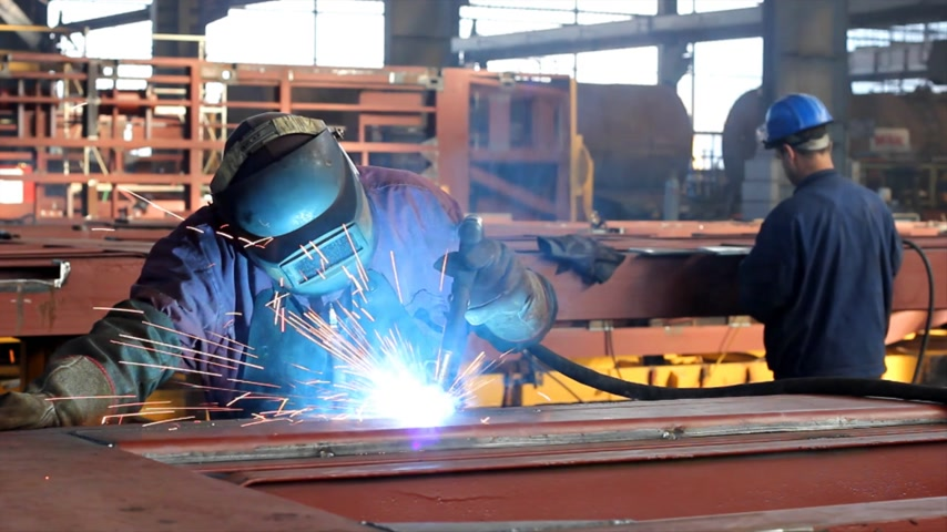 munkahelyek : Welder at work in metal industry