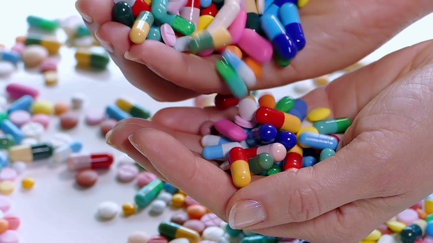 fazla : Handful of pills and drugs, concept of medical treatment, slow motion Stok Video
