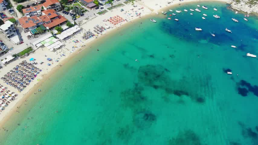 slunečník : Aerial view of beautiful sandy beach, people sunbathing and swimming. Drone shot flying over Kalamitsi beach in Sithonia, Greece Dostupné videozáznamy