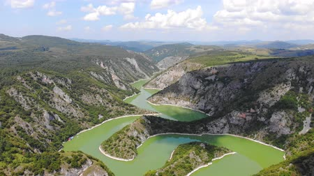 sérvia : Aerial view meanders of river Uvac. Flying over the beautiful river and mountain, sunny day. Aerial drone shot, landscape panorama. River and lake Uvac in Serbia