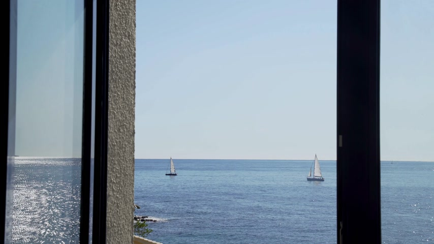 yat yarışı : The view from the window on the yachts in the sea. Yachts with white sails. Sun glare on a light sea ripple. Sunny weather and calm sea. Beautiful sea landscape. Calmness and relax.