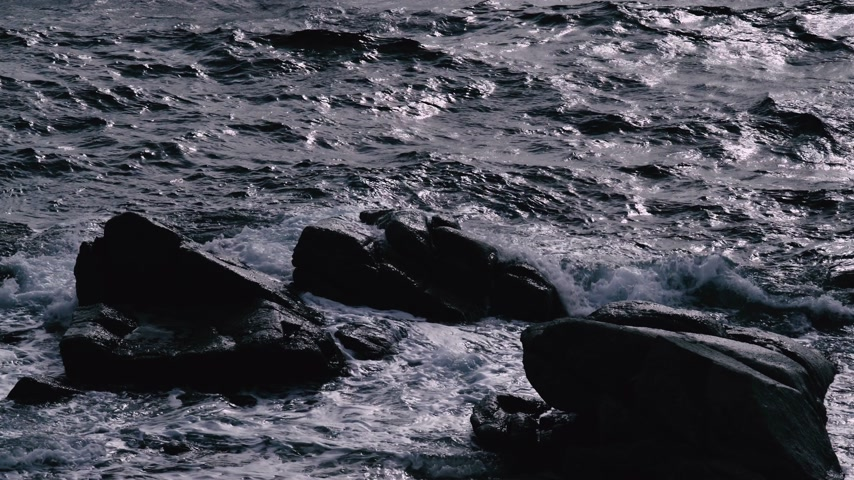Storm waves hit the rocks. Dramatic sea. Stormy weather. Storm. White sea foam on the stones. Wideo