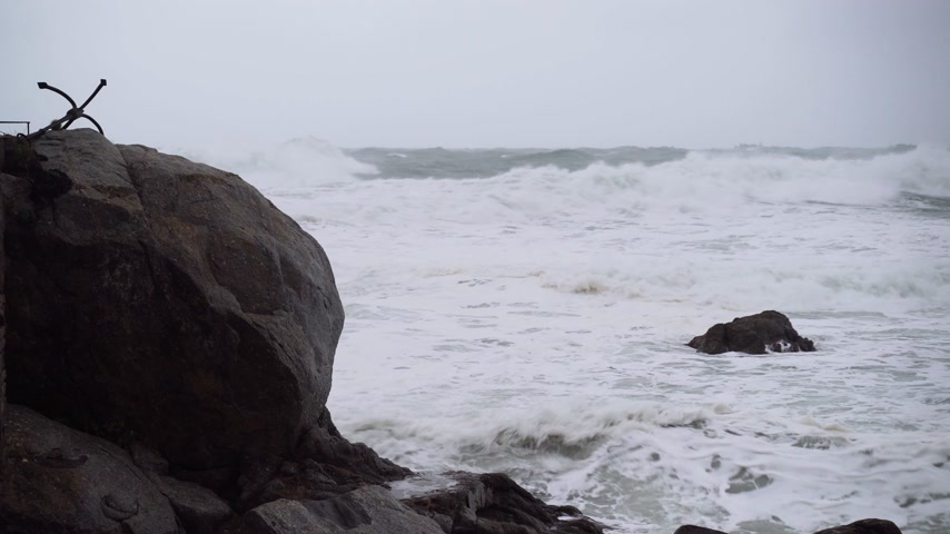 меланхолия : View of the stormy sea. The waves hit the rocks. Watching the storm. Seashore during a storm. Severe raging sea. Big waves. Windy rainy weather. View of the dramatic ocean. Стоковые видеозаписи