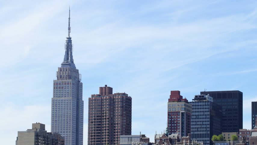 imparatorluk : blue sky empire state building view 4k time lpase from new york Stok Video