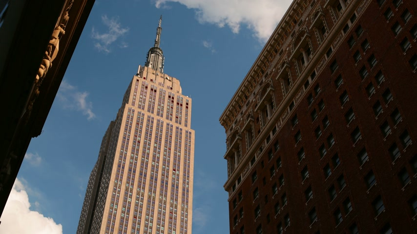 devletler : sunny sky empire state building 4k time lapse from new york Stok Video