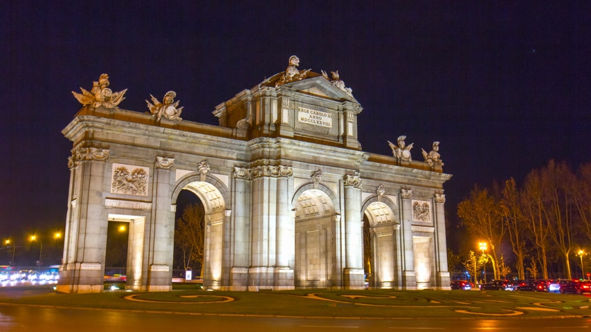 spanyolország : night light madrid traffic circle arch de triumph 4k time lapse spain