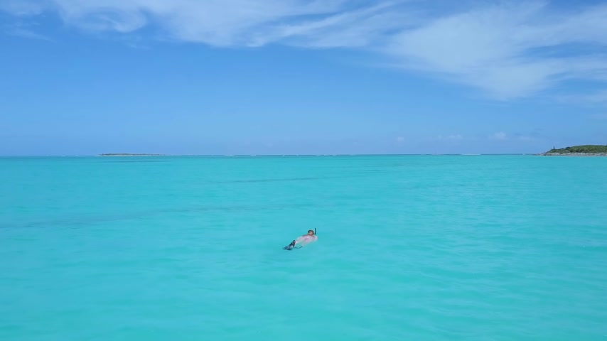 šnorchl : Female snorkeler in turquoise waters. exuma bahamas