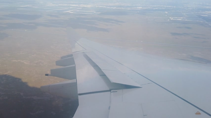 wing of an airplane while turning before landing Stock mozgókép