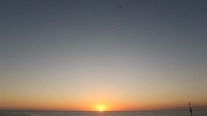 sunset in california with an airplane taking off. Dostupné videozáznamy