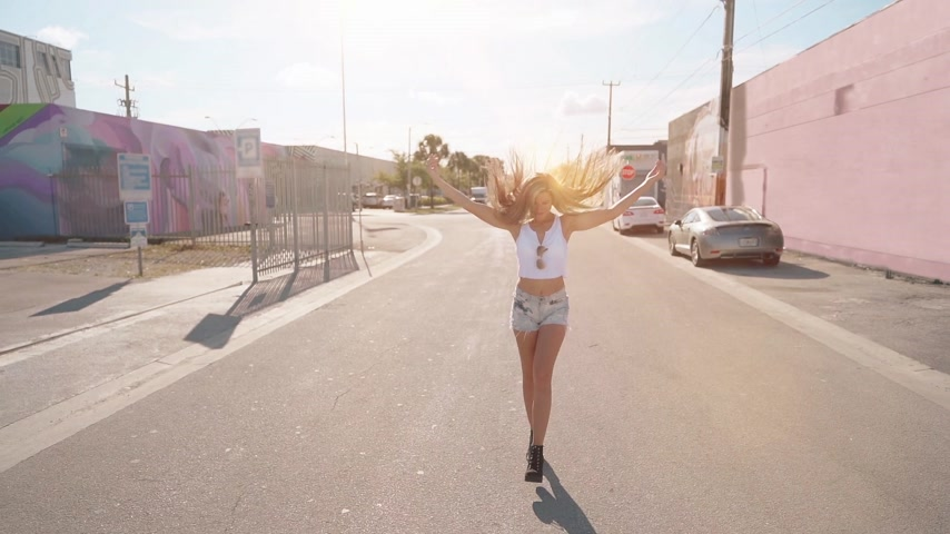 дубленый : happy young woman walking and spining around. slowmotion. filter with sun flares Стоковые видеозаписи