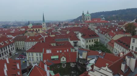 ângulo : Aerial beautiful view of the red roofs of Prague