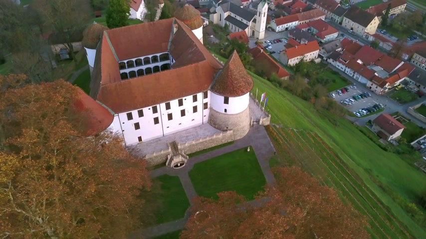 conhecido : Aerial: flying around castle of city Sevnica beside river Sava in Slovenia. Beautiful small city with castle is the birth place of first lady Melania Trump.