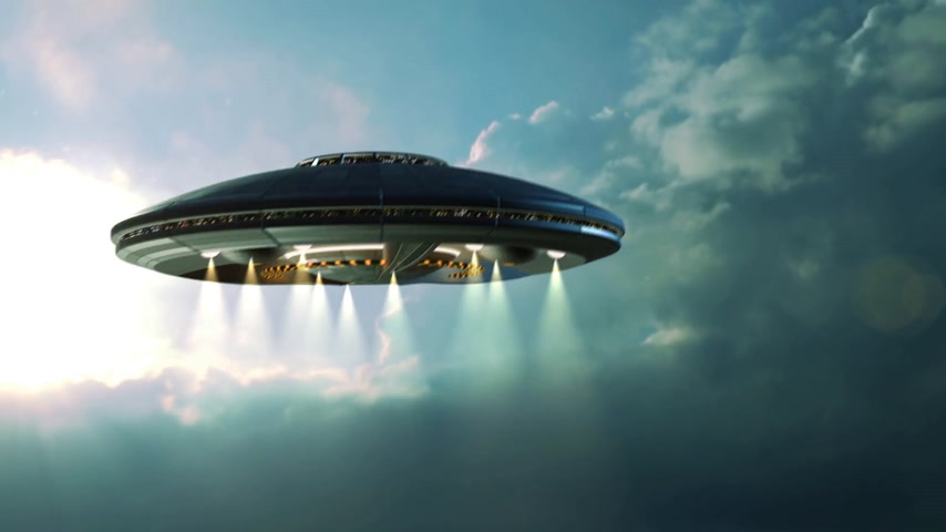 alienígena : Alien UFO saucer flying through the clouds above Earth