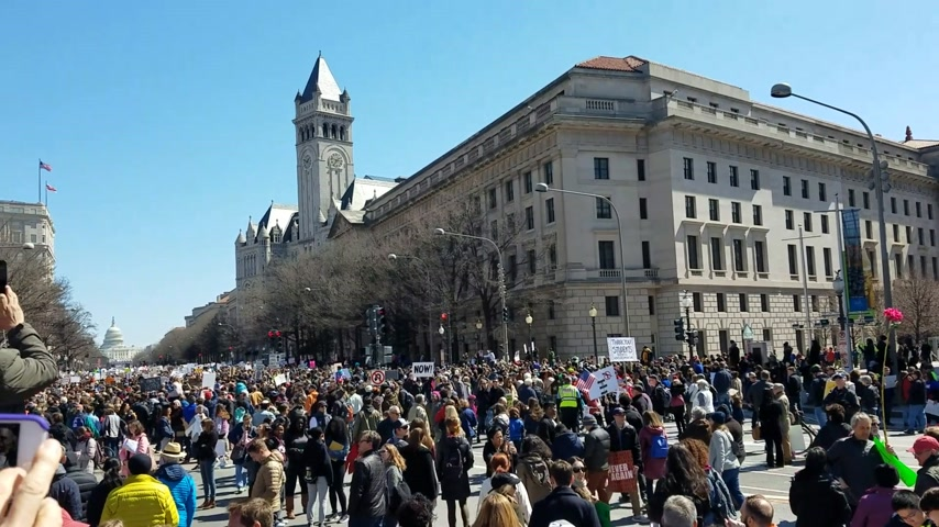 gösterici : WASHINGTON, DC - MARCH 24, 2018: People gathered to participate in the March For Our Lives, a student-led demonstration with over 800 sibling events throughout the United States, done in collaboration with nonprofit organizations, asking for responsible g