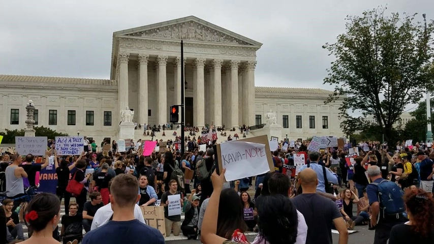 лозунг : WASHINGTON, DC - OCTOBER 06, 2018: Demonstrators rally and hold signs at the Supreme Court to protest the nomination and the vote for the next Associate Justice.