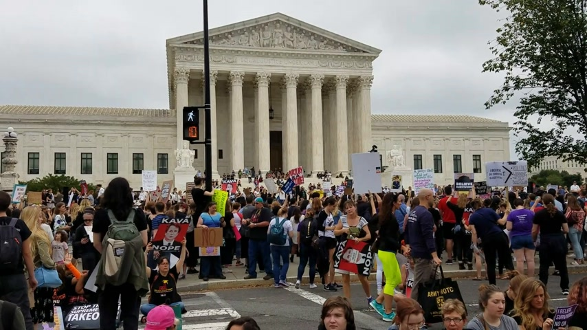 gösterici : WASHINGTON, DC - OCTOBER 06, 2018: Demonstrators rally and hold signs at the Supreme Court to protest the nomination and the vote for the next Associate Justice.