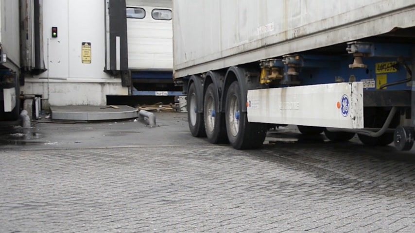 drzwi : Truck, leaving the cargo doors of a distribution center