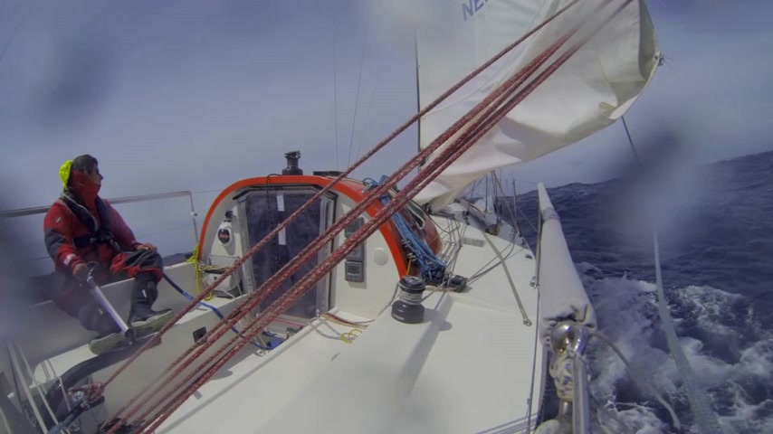 barco : Single handed sailor steering his small yacht at hight speed,  during a race over the Atlantic Ocean Vídeos